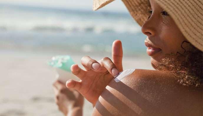 Peaux acnéiques au soleil : bronzer sans bourgeonner